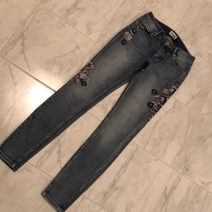 Bootlegger skinny jean with floral embroidery.EUC!